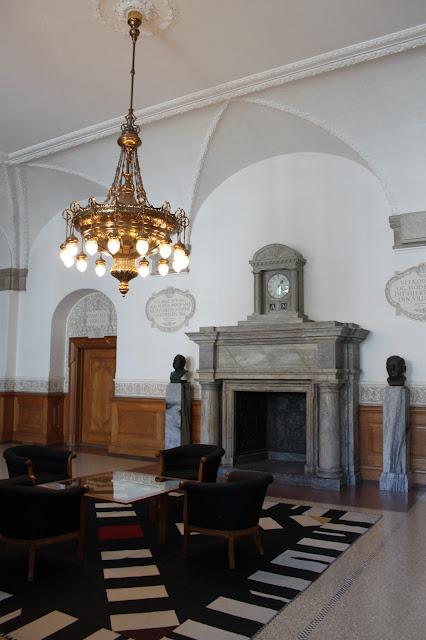 Folketing im Schloss Christiansborg | Kamin im Flur