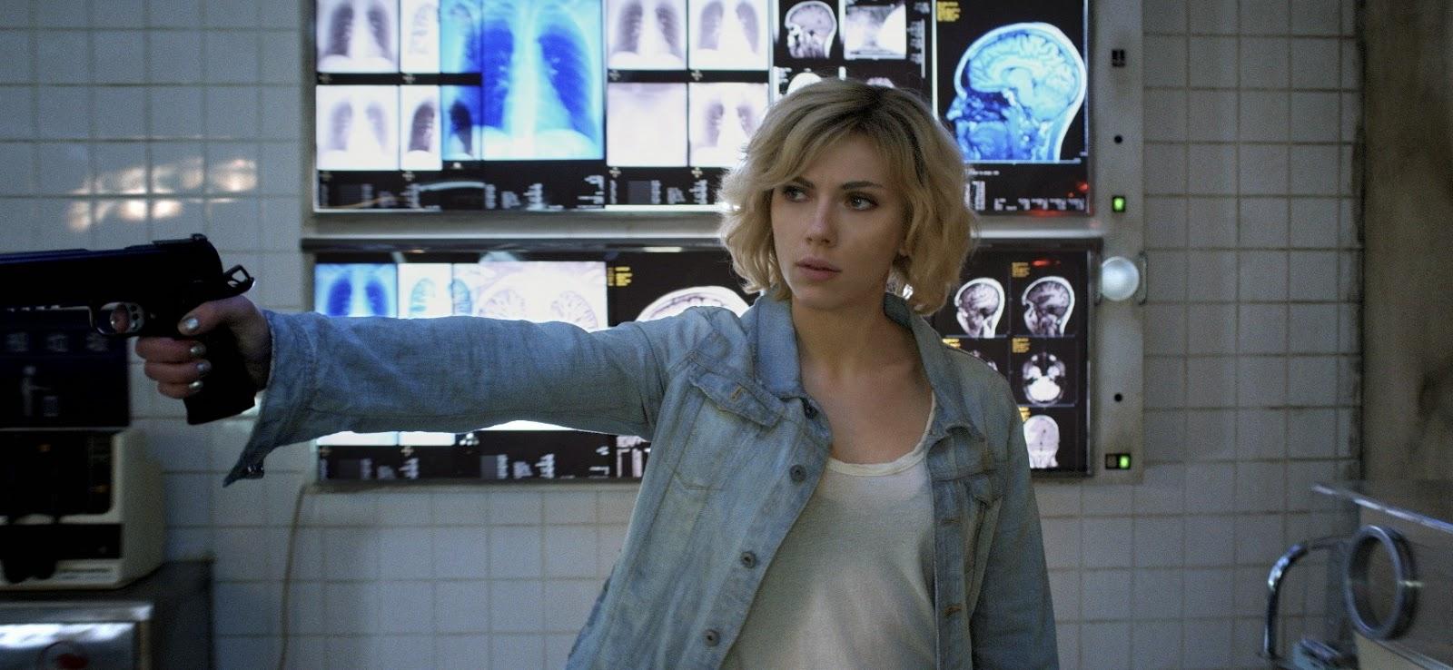 Scarlett Johansson é imparável nos clipes e comercial inéditos da ficção LUCY, de Luc Besson