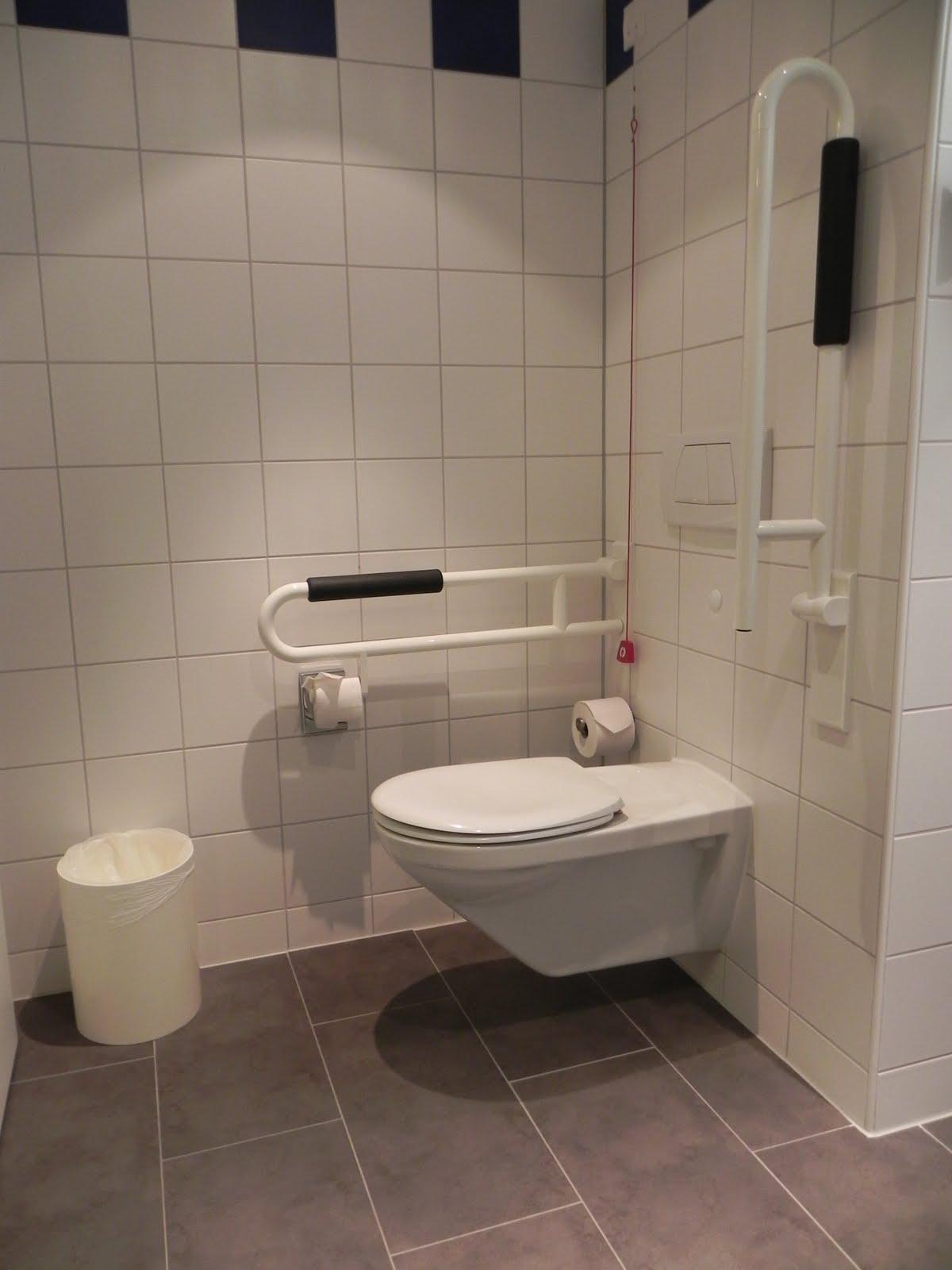 Imagens de #81644A bacia sanitária é do tipo suspensa com barras de apoio articuladas  1200x1600 px 3594 Barra Banheiro Cadeirante