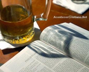 Pastor enseña estudios bíblicos en un bar donde los asistentes pueden beber cerveza