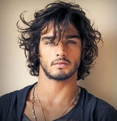 model potongan rambut bergelombang pria