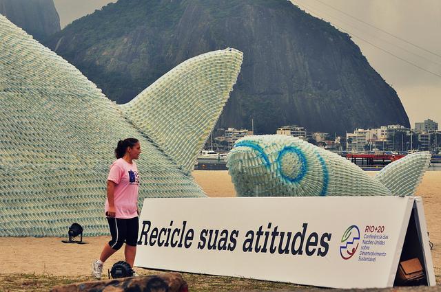 Peixes gigantes de garrafas plásticas enfeitam praia durante a Rio+20