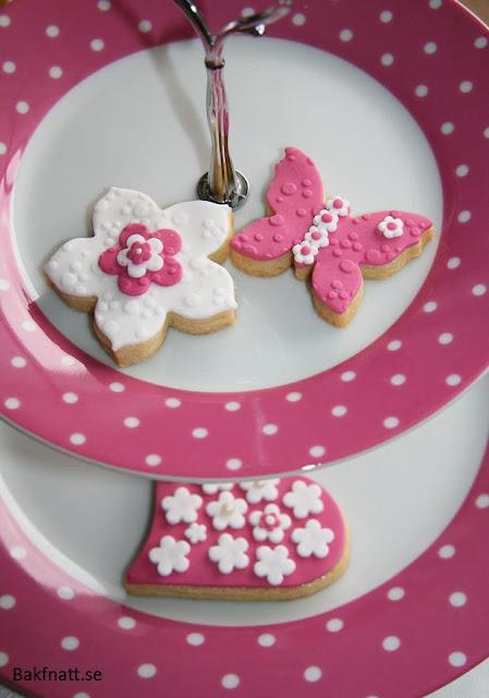 Dekorerade kakor i rosa och vitt