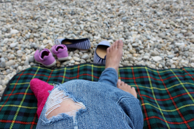 pebbles-ripped-jeans-bare-feet-summer-beach-todaymywayblog