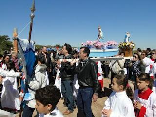 Prefeitos de Presidente Epitácio e Bataguassu carregam o andor de Nossa Senhora dos Navegantes para celebrar a amizade entre os Estados e municípios (Foto: Cedida/AI)