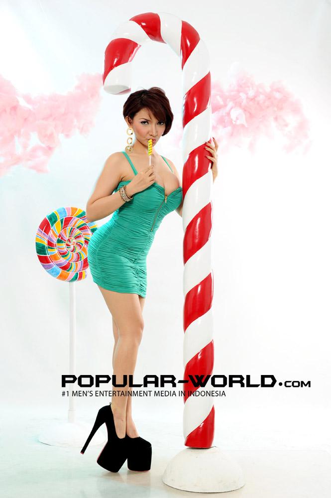 Foto Seksi Hot Roro Fitria di Model Majalah Popular