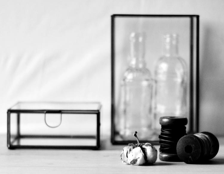 Glaskästen mit Glasflaschen als Deko, Baumwolle und Spulen  { by it's me! }