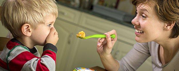 Estimulando al niño a que coma solo