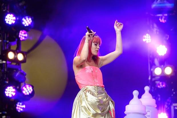 Lily Allen usa cabelo colorido e unhas estilizadas durante show na Inglaterra