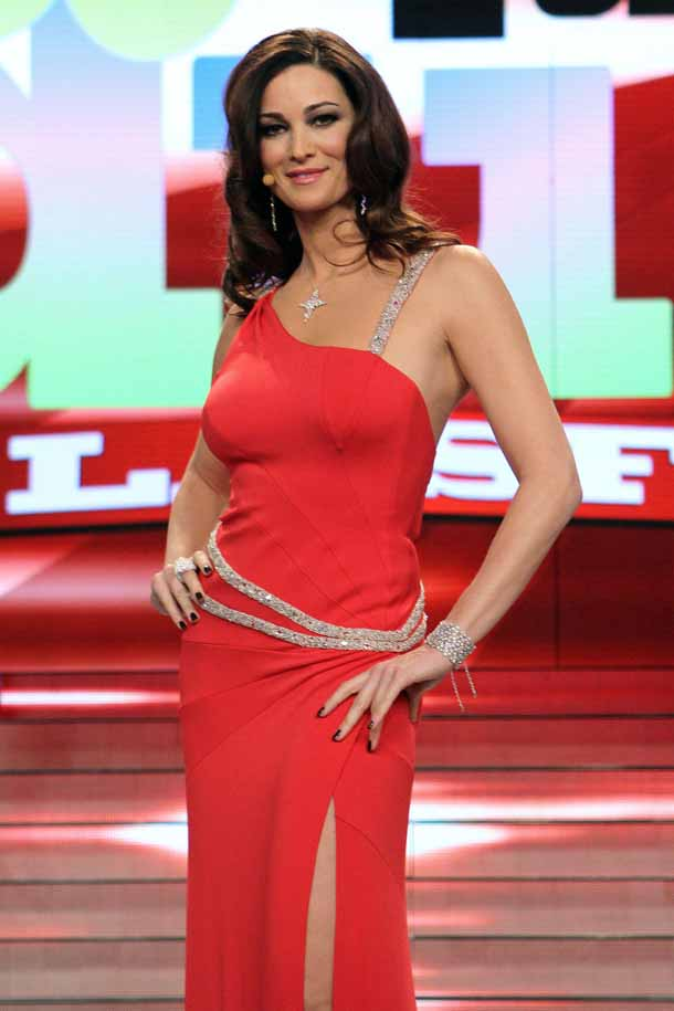 Le mani delle star: Manuela Arcuri in rosso Cameron Diaz Facebook