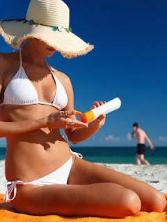 El uso de protectores solares es muy importante para el cuidado de nuestra piel y evitar riesgos importantes que puede ocasionar el sol