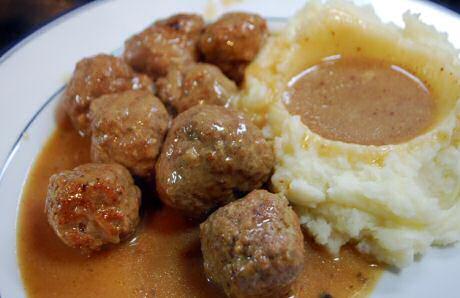Gehaktballen maken met een heerlijke saus van het braadvocht, geserveerd met aardappelpuree