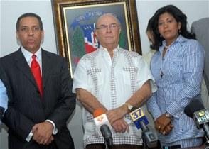 Osiris de León firma pacto de apoyo al candidato Hipólito Mejía