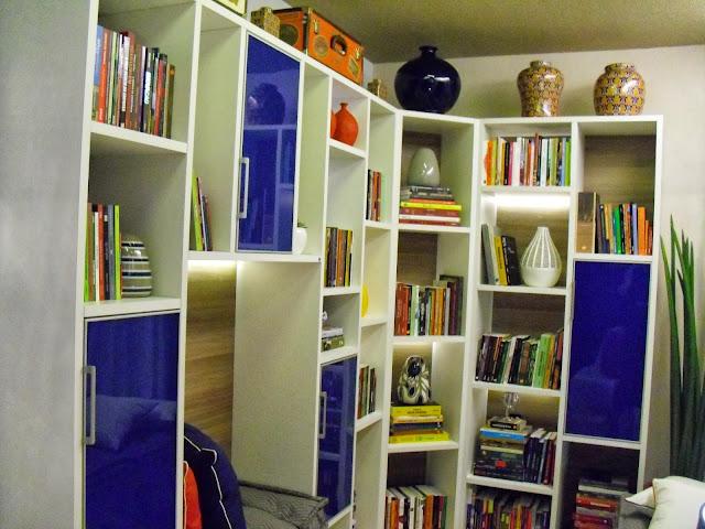 estante planejada com portas azuis - sala de leitura do Senac - Santos Arquidecor 2013