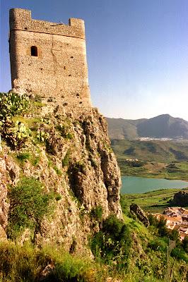 Castillo de Zahara  torre http://oxkintok.blogspot.com.es/2012_04_01_archive.html