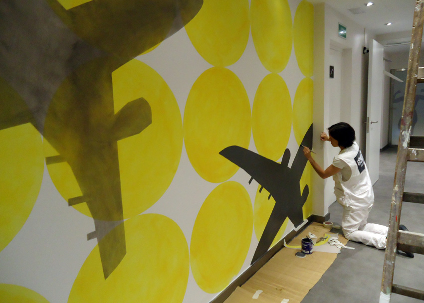 Stencil barcelona murales pintados a mano hotel vueling - Murales pintados a mano ...