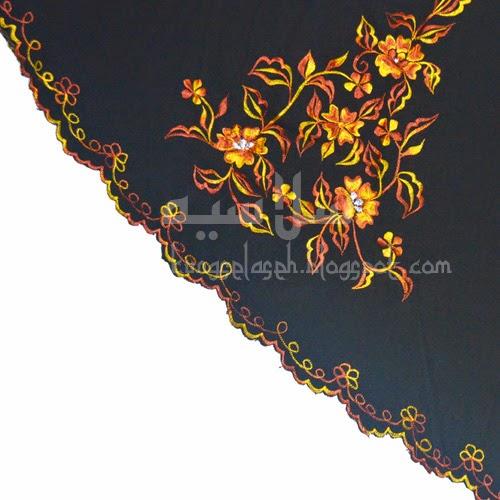 Telekung Vietnam tanah hitam, bunga kuning coklat sulam sisi
