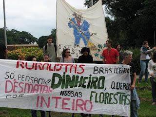 manifestação de professores e estudantes da Esalq contra a alteração do Código Florestal
