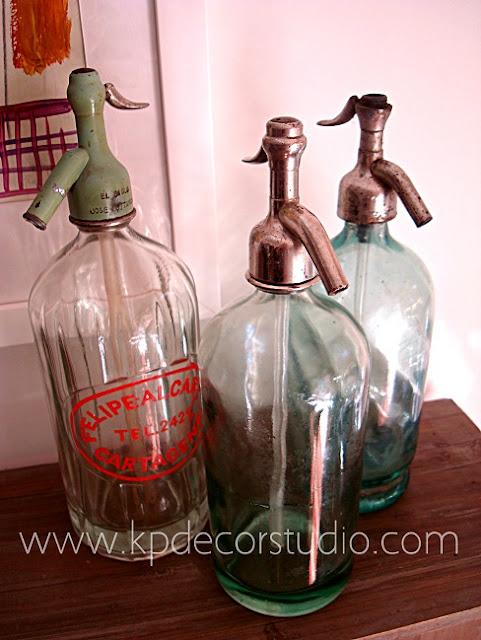 Decorando con sifones antiguos. Botellas de cristal antiguas originales para decoración vintage de los años 40 y 50.