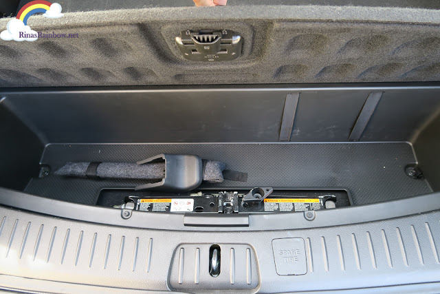 Chevrolet Captiva tool compartment