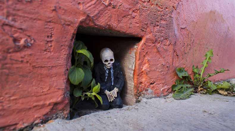 Artista Isaac Cordal deja esqueletos de cemento en miniatura en las calles de México