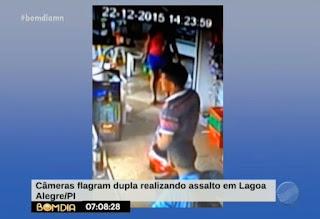 Câmeras de segurança flagram bandidos assaltando comércio no PI