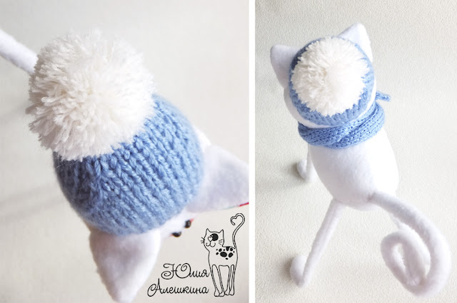 Белый кот длинноножка - в голубой шапке. Помпон