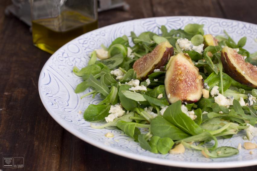 Ensalada verde con brevas queso de cabrales y anacardos