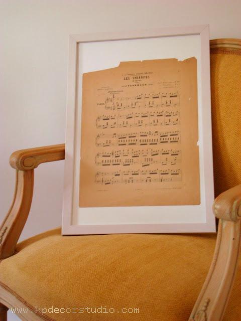decoracion para paredes con composiciones con laminas y partituras vintage