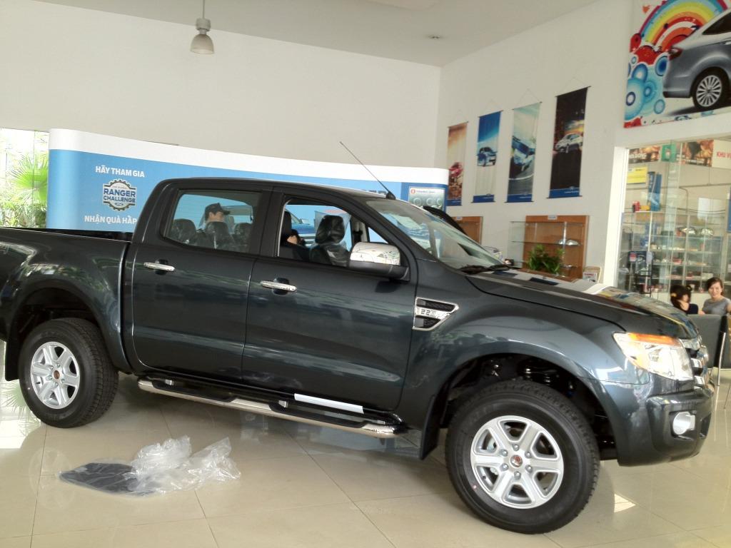 Ford Ranger XLT màu đen