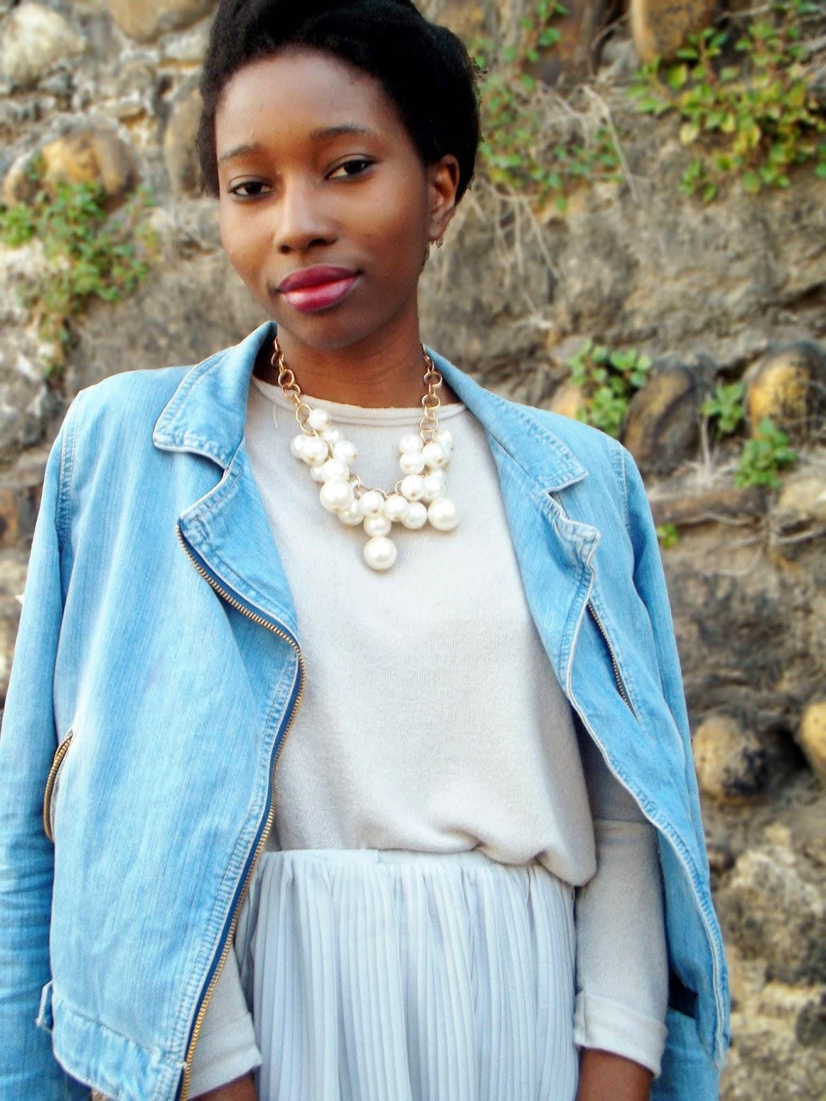 Veste en jean et collier perles / Jupe plissée