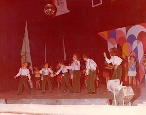 Isidro José con el grupo de las Voces Blancas