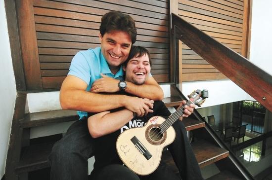Dudu do Cavaco junto com seu irmão, empresário e fã nº 1.