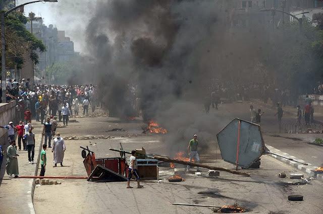 صور تُنشر لأول مرة لأحداث ميدان الجيزة ونفق الهرم أثناء مذبحة الفض 1456563_10202477316754642_1752750085_n