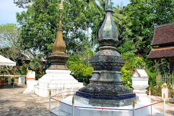 Stupas no pátio do Wat Xieng Thong