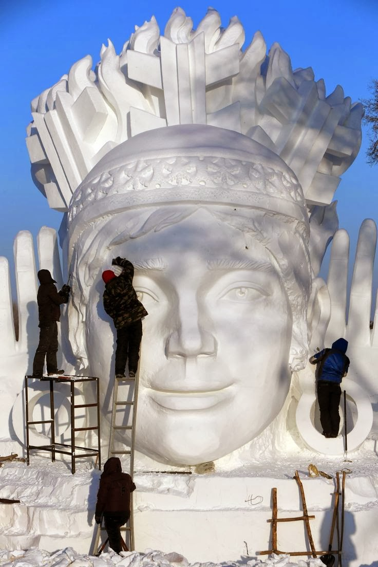 Construcción de las esculturas en grandes bloques de nieve