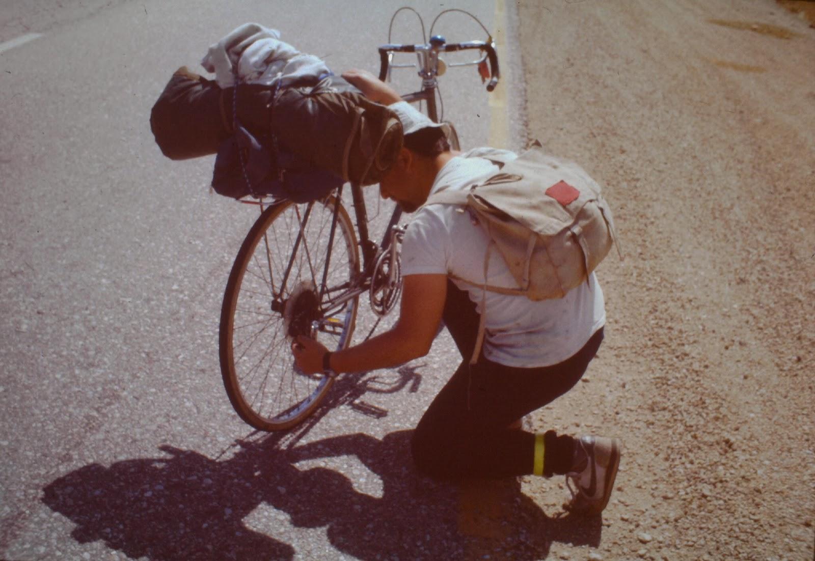 Ad-hoc Fahrrad-Reparatur in der Wüste.