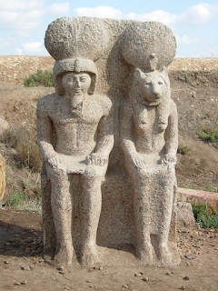 تمثالان على هيئة أبو الهول من البازلت يعودان إلى الأسرة 29