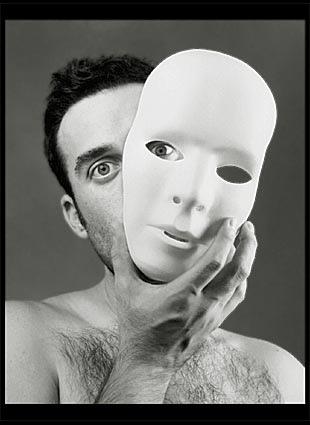 Las máscaras de los granos y las manchas rojas sobre la persona