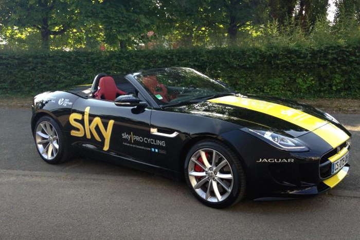 Chris Froome recibe un Jaguar F-Type como premio