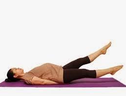 Dengan melakukan sedikit senaman ringan dapat membantu mengalirkan peredaran darah dari kaki ke jantung