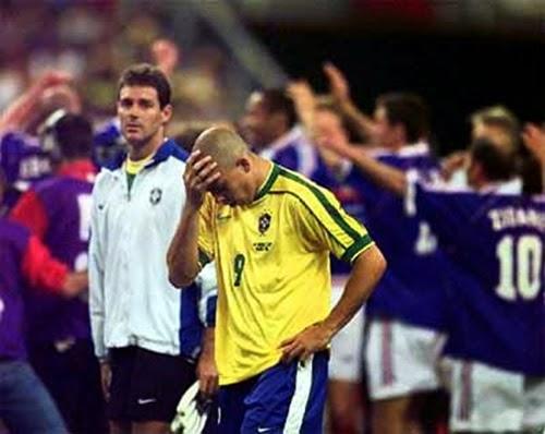 Ronaldo desolado final da copa do mundo 1998 depois de ter uma convulsão horas antes do jogo