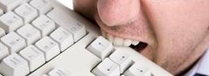 Homme qui mord un clavier