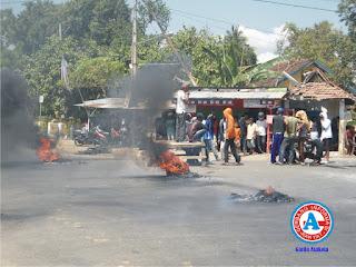 Warga Talabiu Blokir Perempatan Jalan Negara