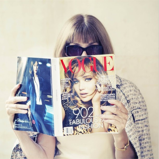 Anna Wintour reading Vogue september issue 2013 with Jennifer Lawrence