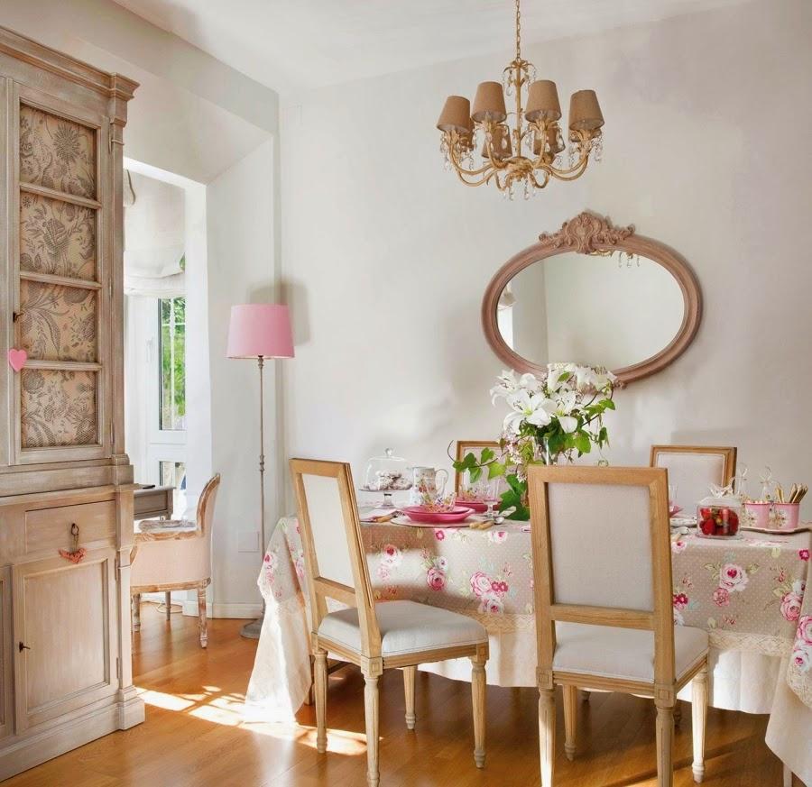 Wystrój wnętrz, home decor, wnętrza, urządzanie mieszkania, styl francuski, styl romantyczny, jasne wnętrza, róż, pastelowy róż, pastelowe kolory, jadalnia, stół, kredens, styl prowansalski
