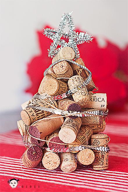Arboles de navidad hechos con corcho curiosas ideas for Como decorar un arbol de jardin