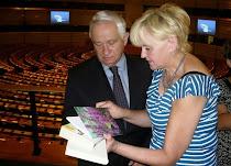 Jolanta Niwińska wręcza mój Dotyk w Parlamencie Europejskim w Brukseli europosłowi Januszowi Zemke