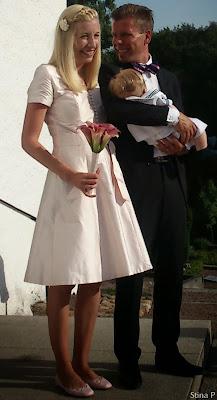 Brudklänning StinaP sidendupion ljusrosa klädda knappar