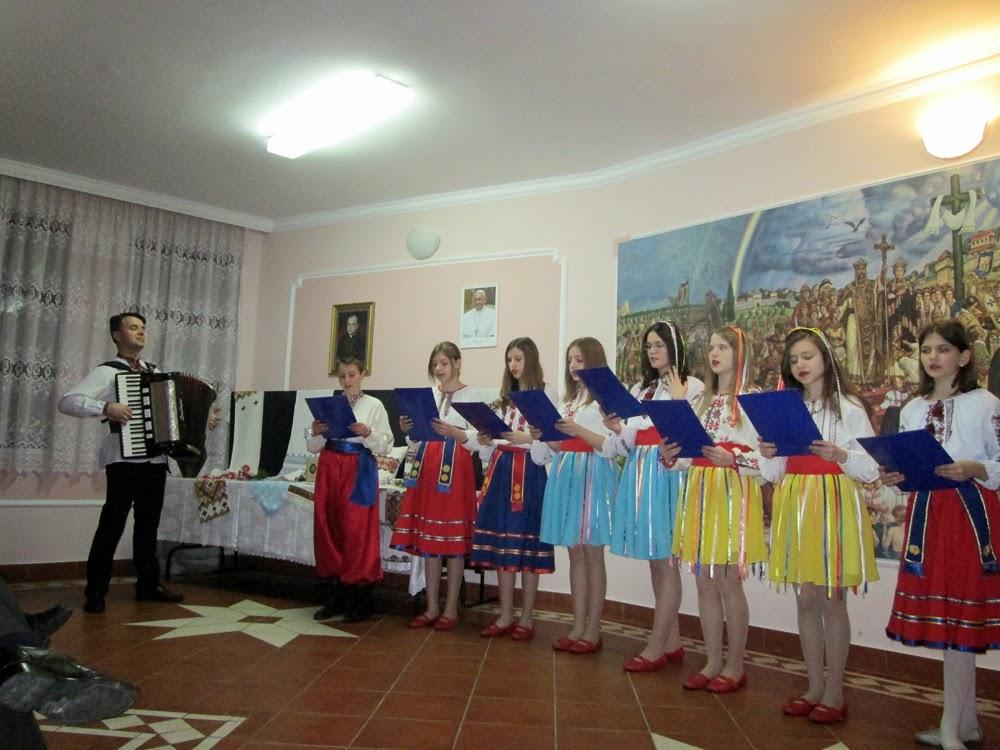 Горлиці і дівчата, які навчаються української мови, заспівали пісню садок вишневий коло хати